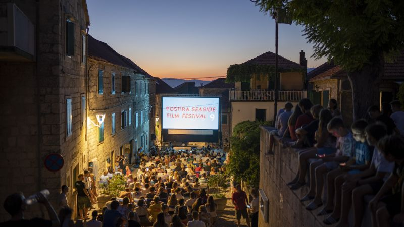 In 2019 the Postira Seaside Film Festival took place at the historic village square. This year's anniversary edition was relocated by the festival organizers to the local school sports field.